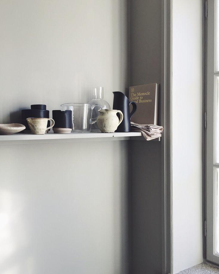 Vi har en vägg i köket mellan serveringsskåpet och fönstret, som matbordet står emot och som jag funderade ett tag på vad vi skulle göra med. Att bara ha tavlor där kändes trist och...