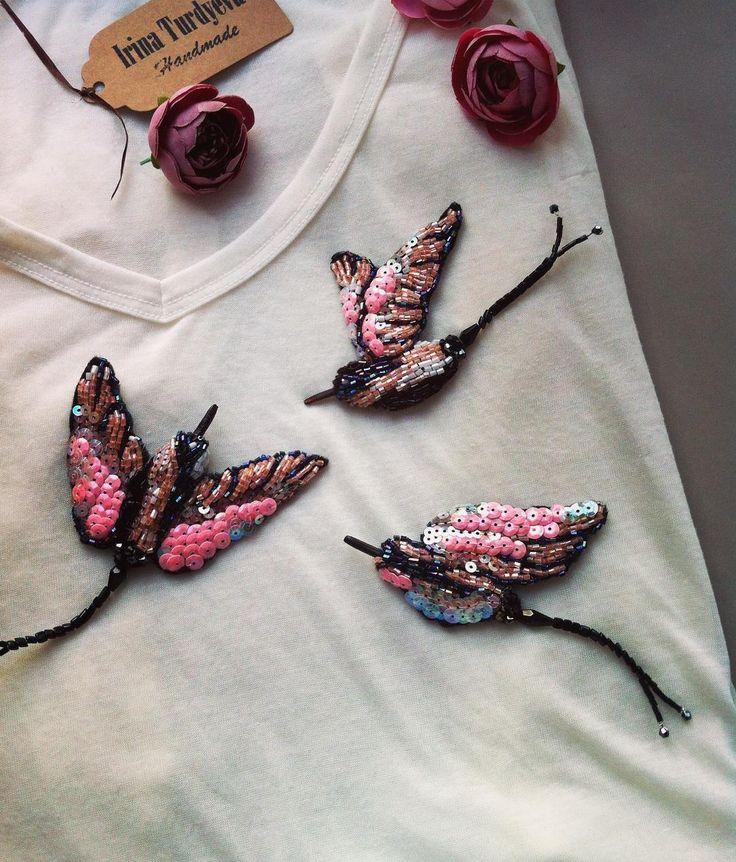 336 отметок «Нравится», 4 комментариев — Handmade Jewellery (@irina_turdyeva) в Instagram: «Чудесная стайка птичек✨ Прекрасная идея для шляп ,сумок,футболок и даже кашемирового пальто …»