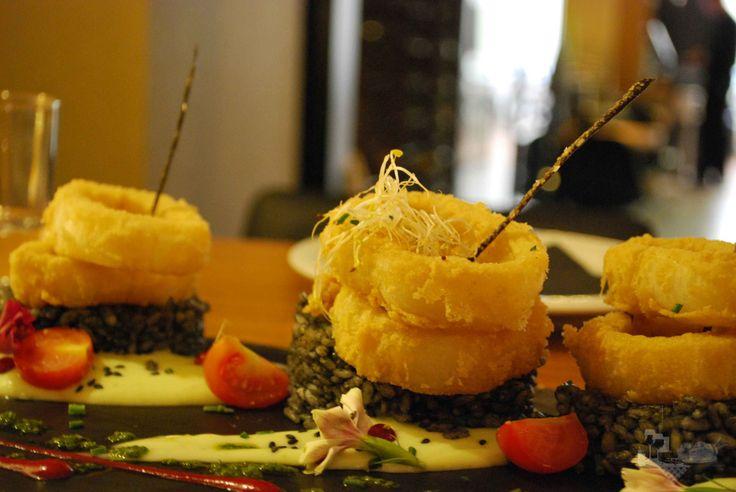 Calamares fritos en harina de garbanzos con arroz negro. www.tevienesacomer.com