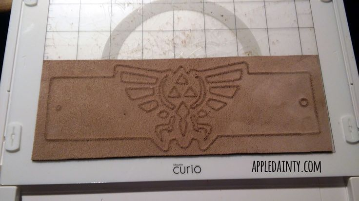 Tutorial & Free Pattern: Cutting a Leather Hyrule Crest Bracelet with the Silhouette Curio | The Appledainty Blog ZELDA