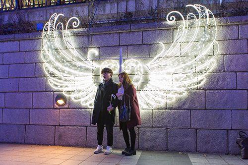 天使の翼を模したイルミネーションは、絶好の撮影スポット。中央がハート型になっており、カップルにも人気です。
