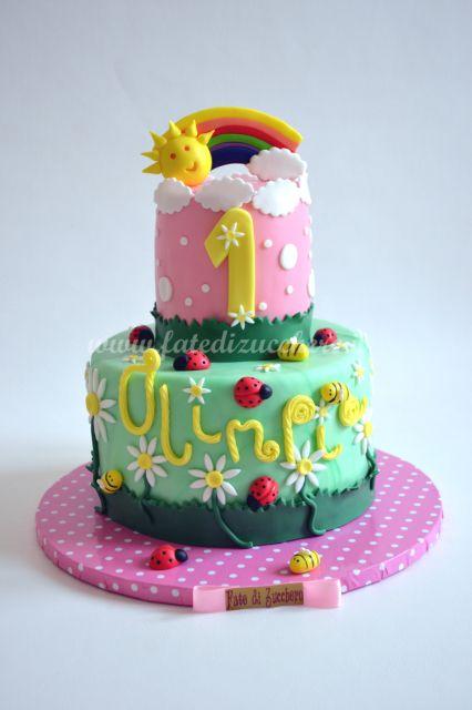 Torta per il Primo Compleanno: con arcobaleno, sole ed elementi decorativi interamente modellati a mani