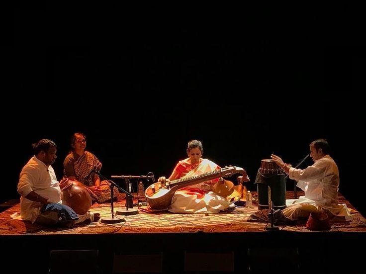 Concert magique hier soir de Jayanthi Kumaresh considérée comme lune des meilleures joueuses de Veena au monde. Ce luth indien traditionnellement enseigné aux jeunes filles de bonne famille en Inde prend ici une dimension particulière. Jayanthi Kumaresh à été formée auprès du plus grand maître tombé en admiration devant la maîtrise de cette femme encore adolescente à lépoque. Par ailleurs la veena est ici électrifiée et telle une kora joue sur le registre de la musique traditionnelle (les…