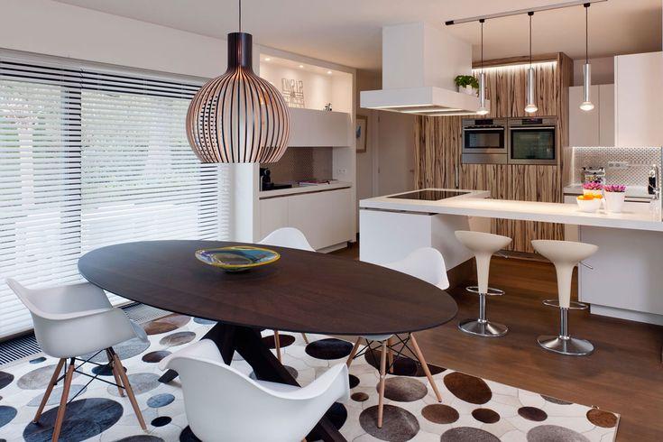 De ontwerpers van Montagna Lunga gaf een ware retro make-over aan een ouderwetse villa te Houthalen. Spelen met oude & nieuwe elementen creëren een uniek interieur. Bekijk alles op http://www.interieurdesigner.be/projecten/detail/gerenoveerde-retro-villa-te-houthalen.