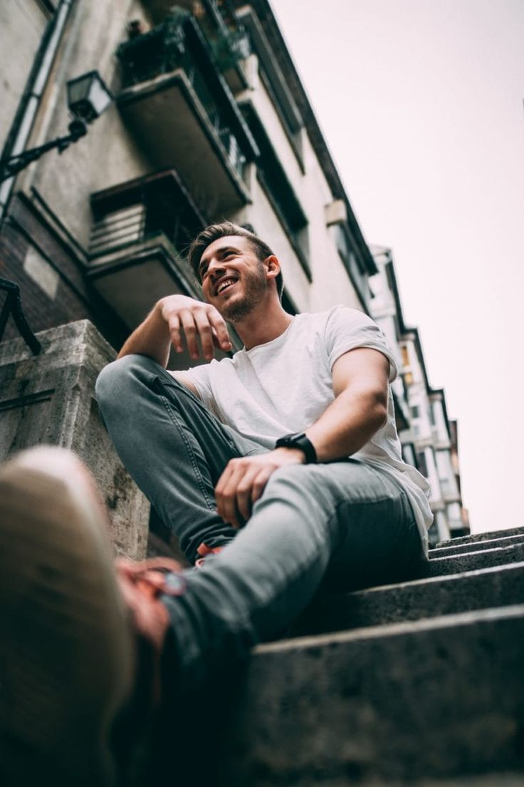 Best Poses For Men, Best Photo Poses, Good Poses, Poses For Boys, Model Poses Photography, Modelling Photography, Senior Boy Photography, Urban Photography, Street Photography