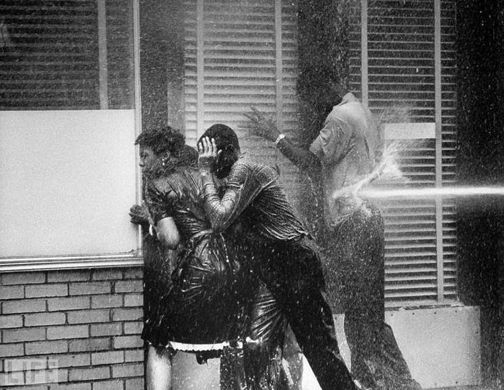 life Foto de Charles Moore, 1963. La dispersión de la protesta pacífica contra la segregación en Bermengeme (Alabama) con mangueras de incendios .