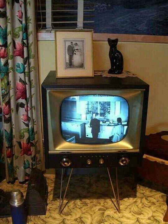 Vintage TV / Televidion Set (with the obligatory black cat figurine).