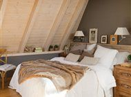 Dormitorio con techo abovedado de madera de pino y pared gris