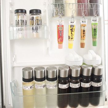 冷蔵庫の扉裏もとっても綺麗ですね!ケチャップやマヨネーズはセリアのボトルに詰め替えて、みりん・醤油・タレなどはiwakiの密閉醤油差しに保存しているそうです。左上のキャンドウのボトルには、ゼリーなどのおやつが入っています。見た目も美しく整理・整頓された冷蔵庫なら、毎日使うのが楽しくなりそうですね♪