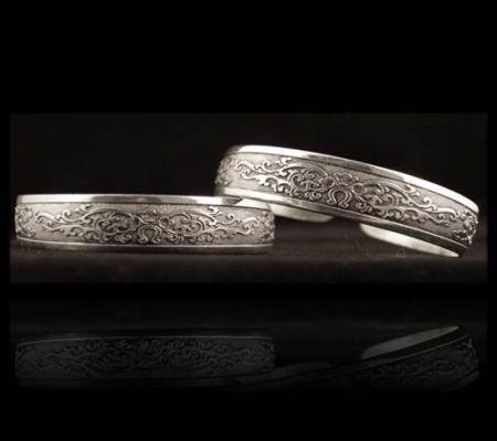 Tribal Lotus Design Miao zilveren armband - lotusbloemdecor  Uniek & handgemaakt. Miao Silver samenstelling: 30% zilver en 70% witmetaal. Armband met open einden. Verstelbaar door verbuigen.  Verkrijgbaar bij www.givnbooks.nl