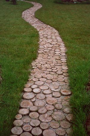 Tree stump rounds garden path. How charming! No tutorial, idea only.