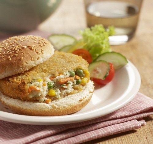 De groenteburger van Aviko is een krokante burger gevuld met #aardappelpuree en knapperige groenten. #snack