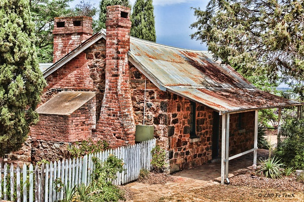 Blundell's Cottage, Canberra AU ... The historic Blundells' Cottage which was built c1860 and is one of very few historic buildings built by the first European settlers. It was built as a home for workers on the Duntroon Estate, which was occupied by a number of families for over hundred years