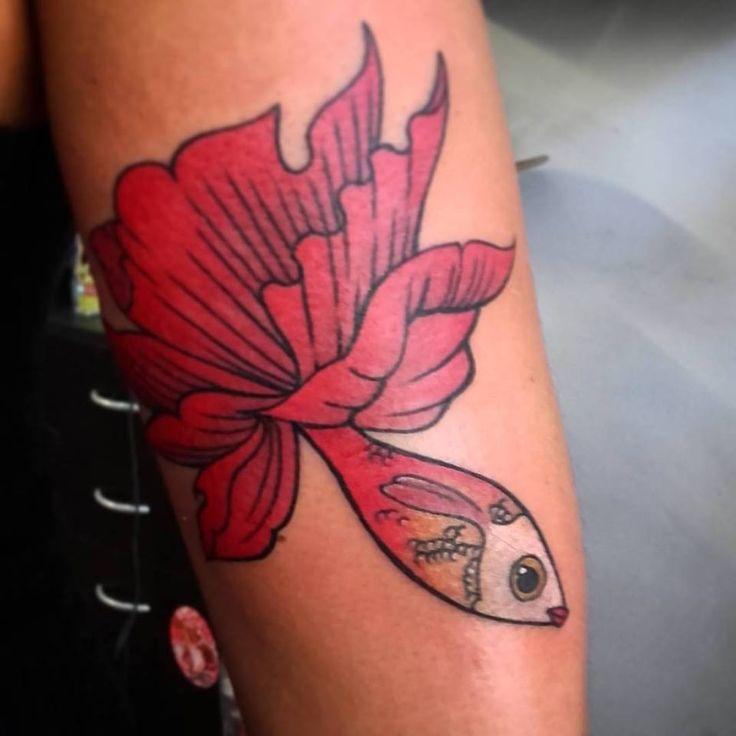 Mariela me trajo esta idea , un pez de #benjaminlancombe muchas gracias por elegirme para este trabajito. los espero a todos como siempre en @timetattoostudiomdq olavarria 2831 casi esquina garay. #fish #fishtattoo #flowerfish #benjaminlancombe #tini #tinitattoo #tattooargentina #tatuajesmardelplata #colortattoo #peztattoo