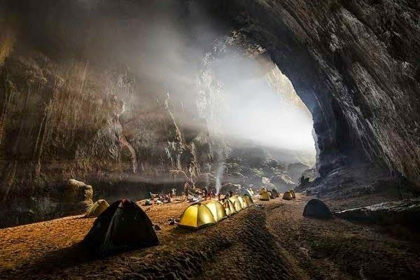 Um passeio no interior da caverna é algo extraordinário; ela contém uma selva, um rio e tem espaço de sobra para arranha-céus de 40 andares!