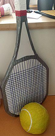 Tennisracket van een meter hoog.Met een groot formaat tennisbal natuurlijk.