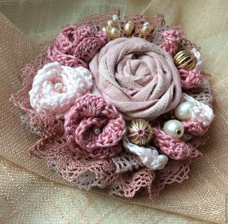 Купить или заказать Брошь Розовый сад в интернет-магазине на Ярмарке Мастеров. Текстильная брошь в розовых тонах, декорированная жемчугом. В работе использованы хлопковое мулине и кружево, лен, речной жемчуг. Подойдет как для миниатюрной барышни, так и для девушки с формами. Диаметр 9,5 см. Возможно изготовление в …