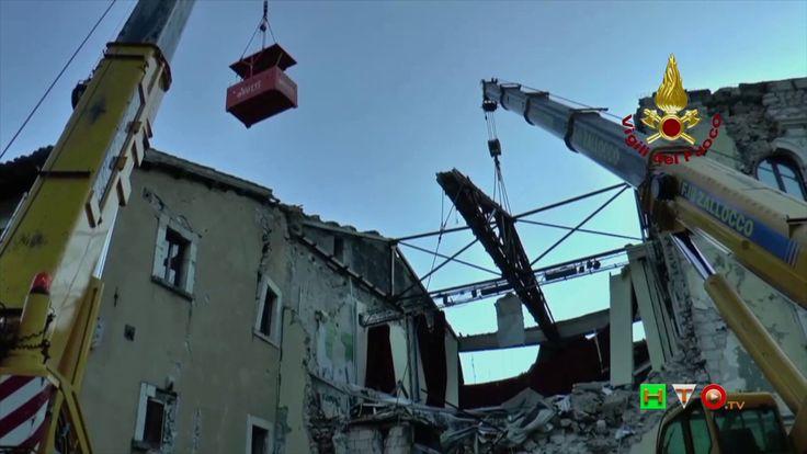 Vigili del Fuoco - Visso - Rimozione delle capriate del tetto del teatro...