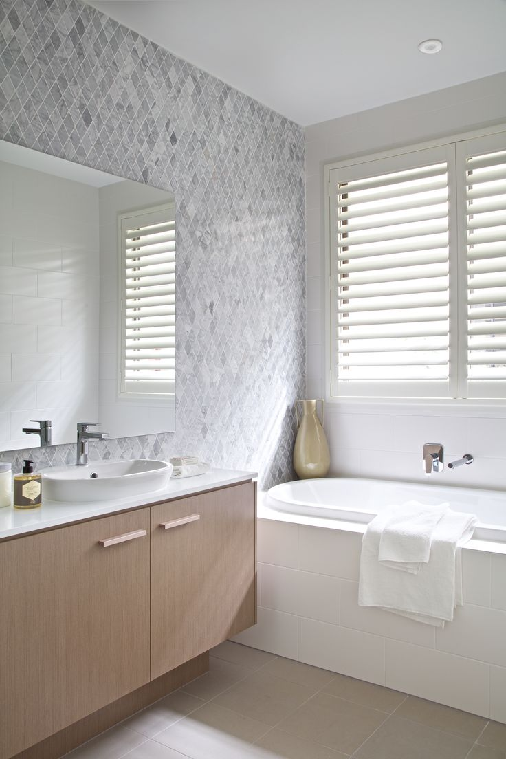 Clarendon Homes. Terracedale 28. Tiled feature wall and bath tub in main bathroom.