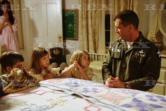 WE WERE SOLDIERS   Madeleine Stowe, Luke Benward, Taylor Momsen, Sloane Momsen, Mel Gibson - 2002