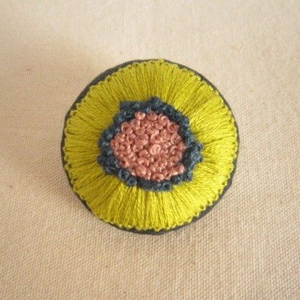 手刺繍ブローチ 『花』 | iichi(いいち)| ハンドメイド・クラフト・手仕事品の販売・購入