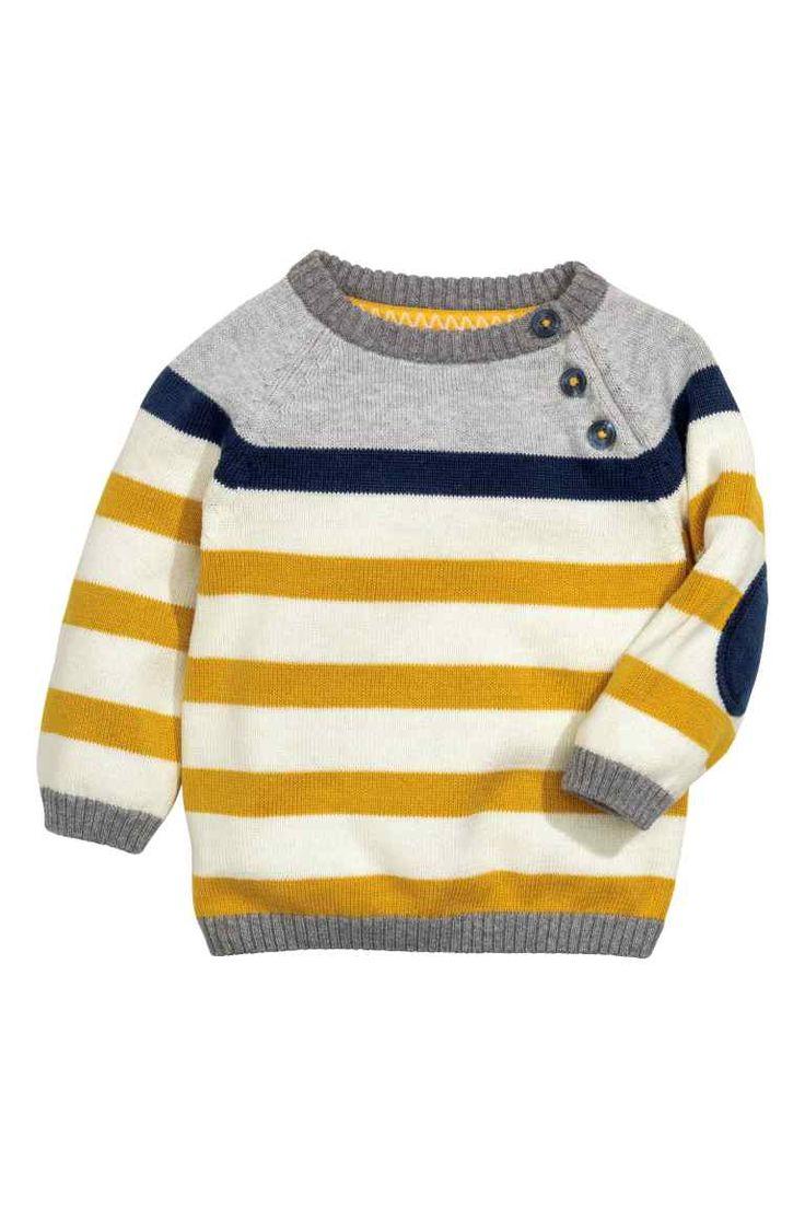 NIET MEER BESCHIKBAAR, AL GEKOZEN :) Maat 68  Gebreide katoenen trui: Een fijngebreide katoenen trui met raglanmouwen, knopen op de voorkant van een van de schouders en contrasterende elleboogstukken. 9,99€