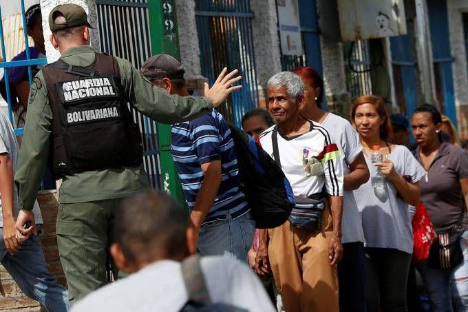 Maduro manda soldados fiscalizarem distribuição de alimentos http://veja.abril.com.br/mundo/maduro-aumenta-poder-de-militares-para-combater-crise-economica/