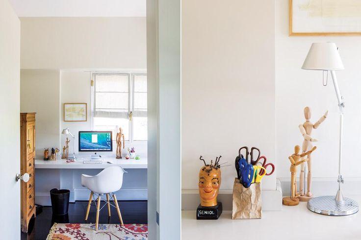 Un escritorio flotante laqueado, una lámpara 'Tolomeo' y una silla 'Eiffel' ($6.611, ambos de Manifesto) componen el espacio de trabajo de Patricia que, además de arquitecta, es licenciada en Letras.  Foto:Living /Santiago Ciuffo