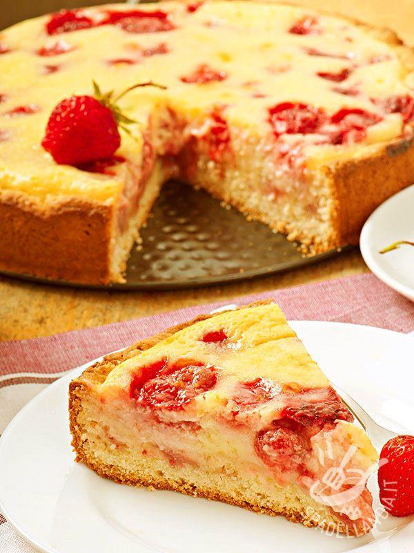 La Torta di crema cotta e fragole: un croccante guscio di pasta frolla farcito con delicata crema alla vaniglia e fragole. Un dessert prelibato.