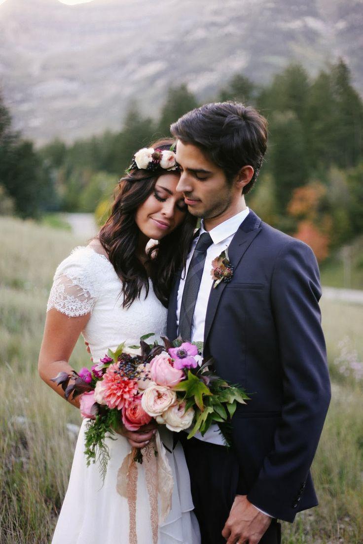 Um mix de flores e folhagens diversas, finalizado de forma despojada com um laço de renda. #casamento #bouquet