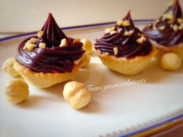 Francy non solo torte: Pasticcini di frolla con crema e glassa al cioccolato.