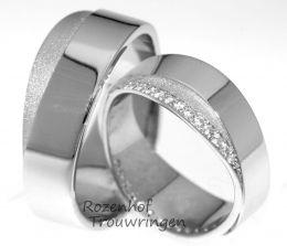 Glamoureuze, 6 mm. brede trouwringen vervaardigd uit witgoud. De fraaie kleurnuances, welke het gezandstraalde vlak van witgoud met het glanzende brede gedeelte geeft, is een lust voor het oog.  In de dames trouwring maken de 38 briljant geslepen diamanten van 0,38 ct. het plaatje helemaal compleet. Een juweel van een ring!