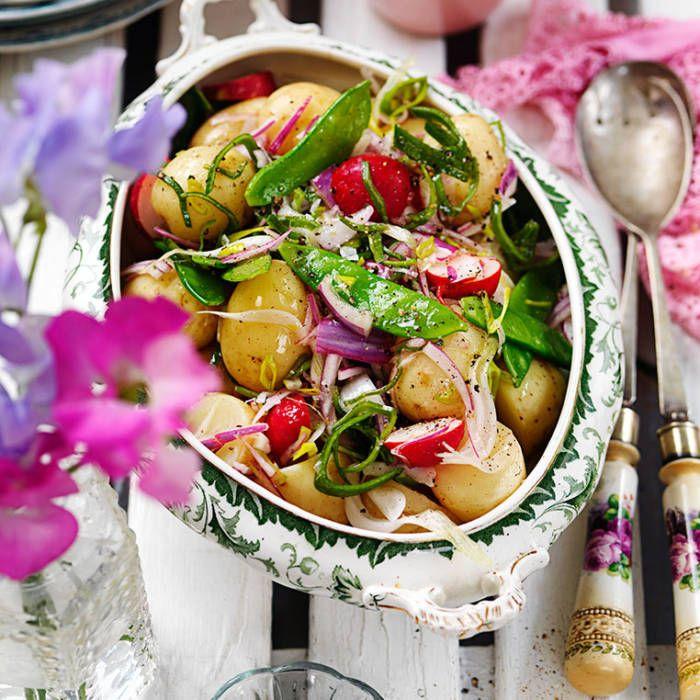 Fransk potatissallad: 1 1/2 kg färskpotatis, vältvättad 1 bit purjolök, cirka 15 centimeter 1 rödlök Salladssås 4 msk rödvinsvinäger 1 tsk salt 2-3 krm svartpeppar 5-6 msk raps- eller olivolja 2 msk vatten 1 msk hackad dill 2 msk finstrimlad persilja Extra grönsaker 20-24 sockerärter 1 knippa rädisor Fav favs