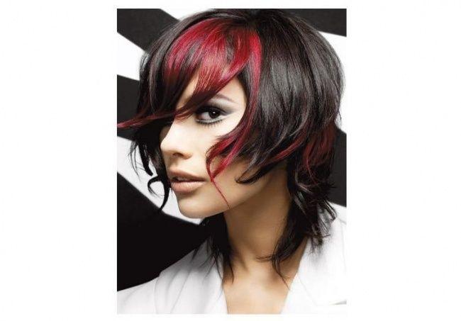 Pasemka w czerwonym kolorze to świetna opcja dla ciemnych włosów. Czerwone refleksy na czarnych włosach sprawią, że fryzura nabierze życia, a głęboki kolor stanie się lżejszy i bardziej twarzowy.