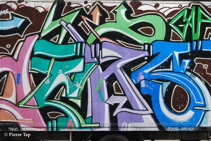 Place de la Nation et les grafitis sur les camions