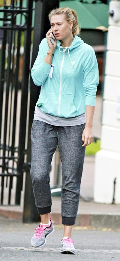 Накануне папарацци сфотографировали Машу на улицах Лондона. Выглядела при этом теннисистка более чем непрезентабельно: опухшее лицо без макияжа, немытые волосы, стянутые в хвостик… Похоже, интенсивно тренируясь, Мария не обращает внимания на свой внешний вид, махнув рукой на уход за собой. А ведь совсем недавно она предстала перед своими московскими поклонниками совершенно в другом виде, приехав в российскую столицу