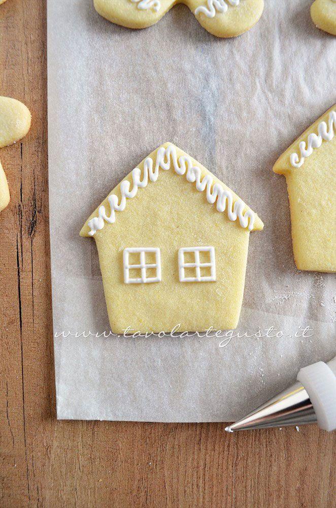 Biscotti a forma di Casetta di Natale decorata in Ghiaccia 3 - Ricetta Biscotti natalizi decorati - Biscotti di natale decorati