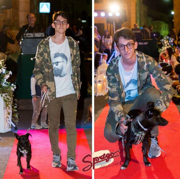Una coppia speciale. Lorenzo e il piccolo Spago sfilano insieme. Lorenzo indossa un pantalone skinny fit JackBerry abbianato ad una t-shirt hipster di Capovolto. Il tutto viene completato da una giacca a vento militare, perfetta per proteggersi dal vento in scooter. Tutto rigorosamente made in Italy. Spago, invece, ha un completo guinzaglio/collare di ezy dog di Cane Gatto.  #SpagoAbbigliamento #AbbigliamentoUomo #SpagoUomo #AccessoriUomo #Accessori #Sfilata #SfilataUomo #Runway…