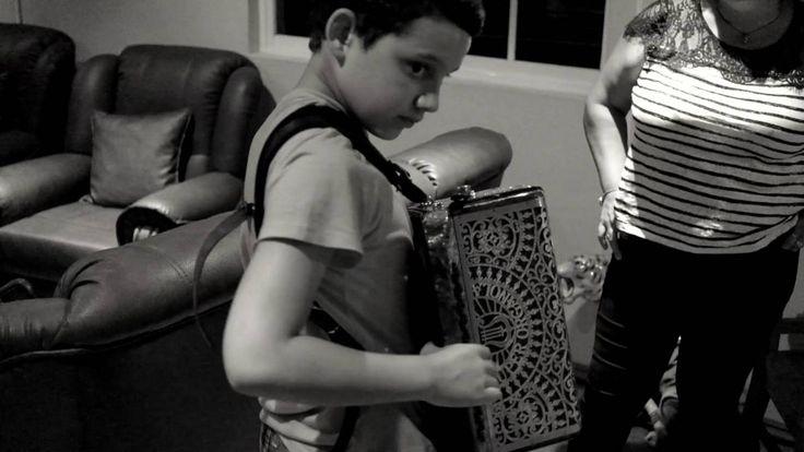 Jovem acordeonista