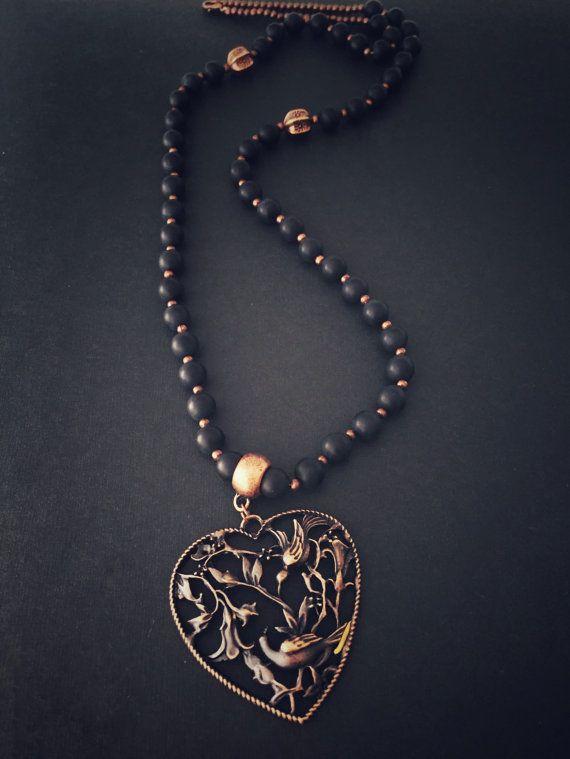 Collana con agata nero opaco e cuore di Ebbijoux su Etsy