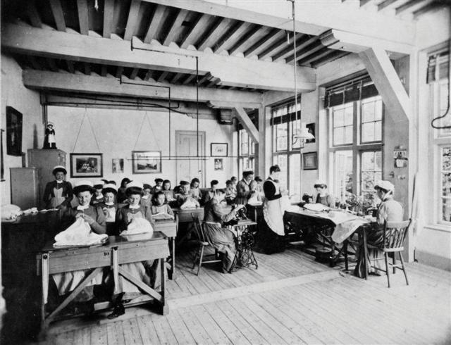 naaikamer van het Leidse weeshuis. Heilige Geest Weeshuis, 1933. Foto H. Jonker. #ZuidHolland #Leiden #wezen