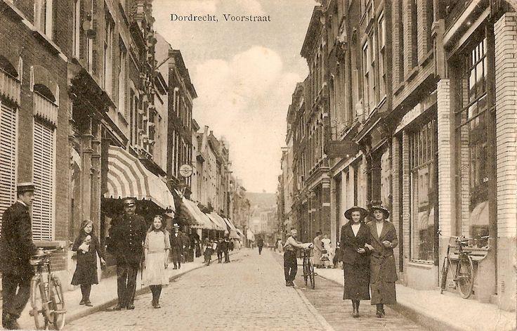 """Uiteindelijk staan we op de langste winkelstraat van Nederland """"de Voorstraat"""". In bijna elke stad of dorp is wel een Voorstraat of Hoogstraat te vinden. De naam Voorstraat of Hoogstraat wil dan ook zeggen: de voornaamste straat. Een eretitel dus. . Omdat er op de Voorstraat een kans is dat de straat blank komt te staan bij hoog water is gelukkig niet gekozen voor een verhoging van de straat maar besloten om de winkels af te schermen met schotten over de gehele breedte van de winkelpanden…"""