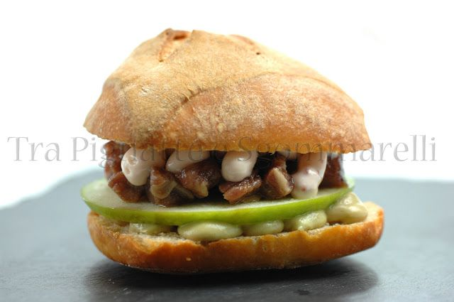 Panino con filetto marinato nel succo di melagrana, al profumo di liquirizia, mela verde, crema di avocado e yogurt e maionese al ribes