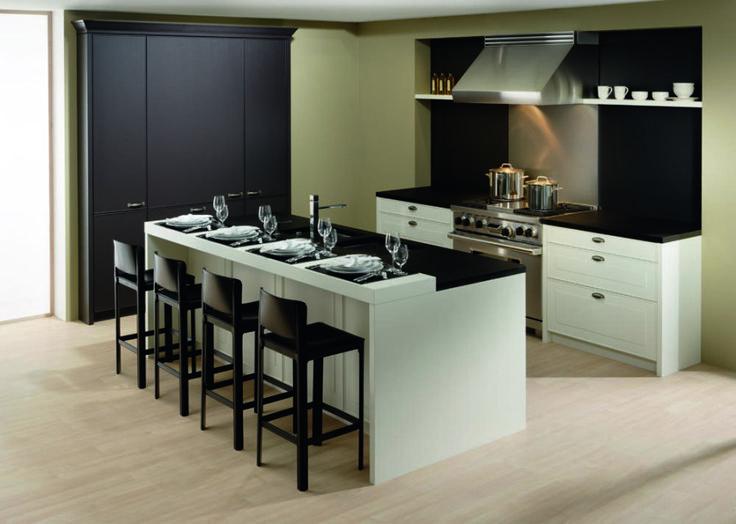 cocina de laca color champagne con encimeras de granito negro intenso y