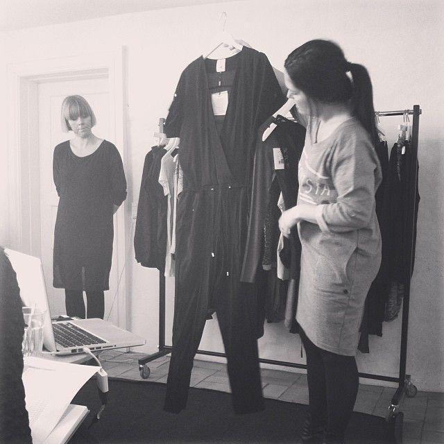 Sabine viser frem - hun er i Ditte Sweat dress og viser den lækre Diva Jumpsuit. Janne (bagerst) er i Darlene Dress.