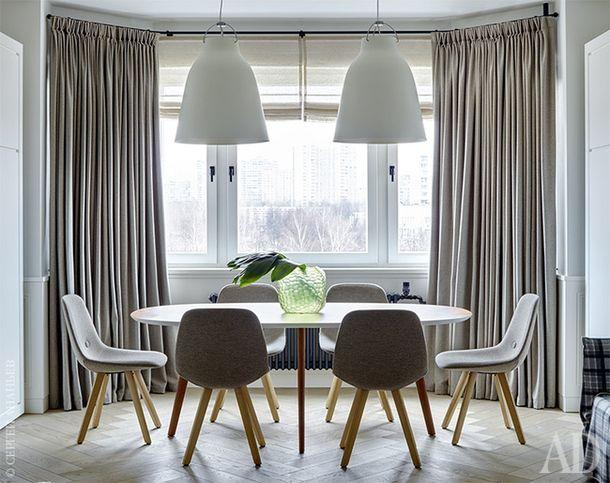 Зона столовой, которая совмещена с гостиной. Светильники, Lightyears. Стол, Arper. Стулья, Erik Jørgensen.