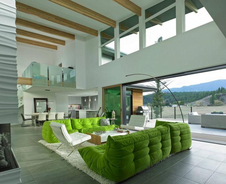 salon maison ouverte sur la nature canada. Canapé Togo ligne roset vert greenery pantone 2017