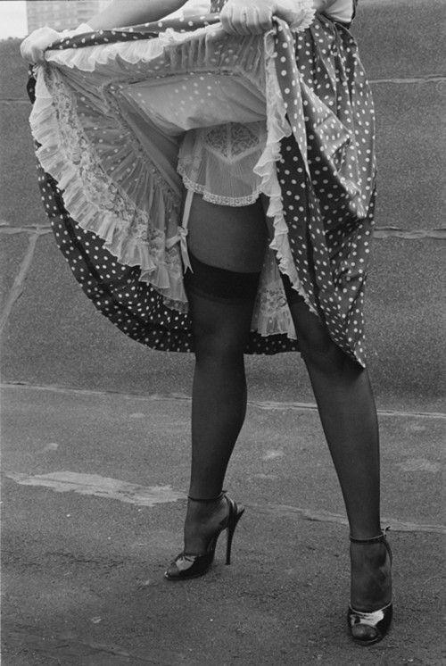 Чулки под под юбкой у советских девушек
