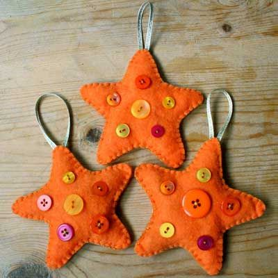 como-decorar-navidad-tonos-naranjas-adornos-fieltro-arbol-estrellas