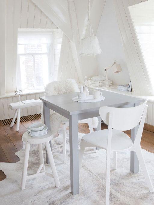 De vierkante tafel van Ikea is hier geverfd met Loft Grey van Painting the Past,